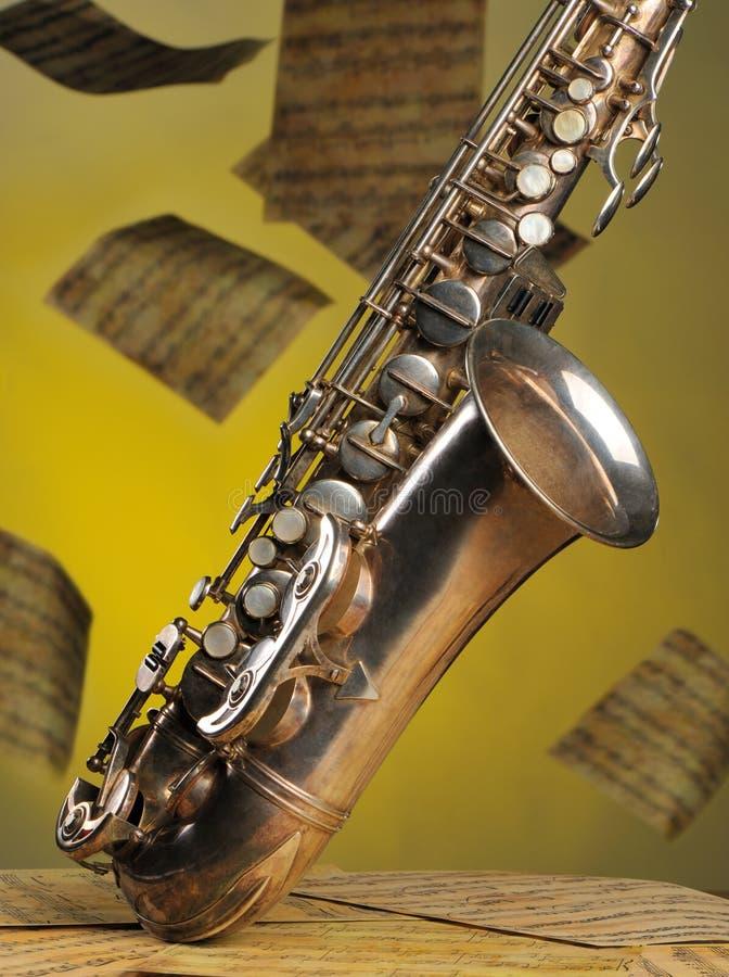 backgr παλαιό saxophone σημειώσεων πετά στοκ εικόνες
