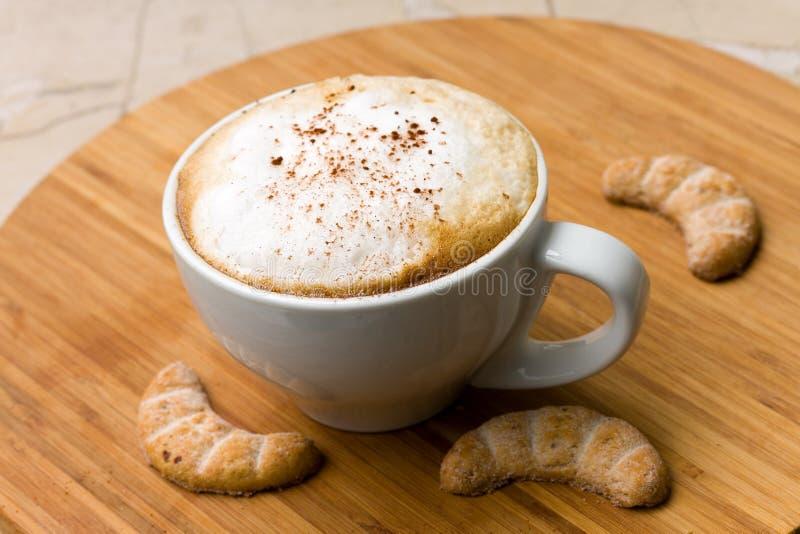backgro cappuccino ciastek cukierki drewniany fotografia stock