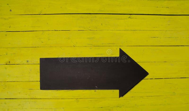 Backgrond en bois jaune avec la flèche photo stock