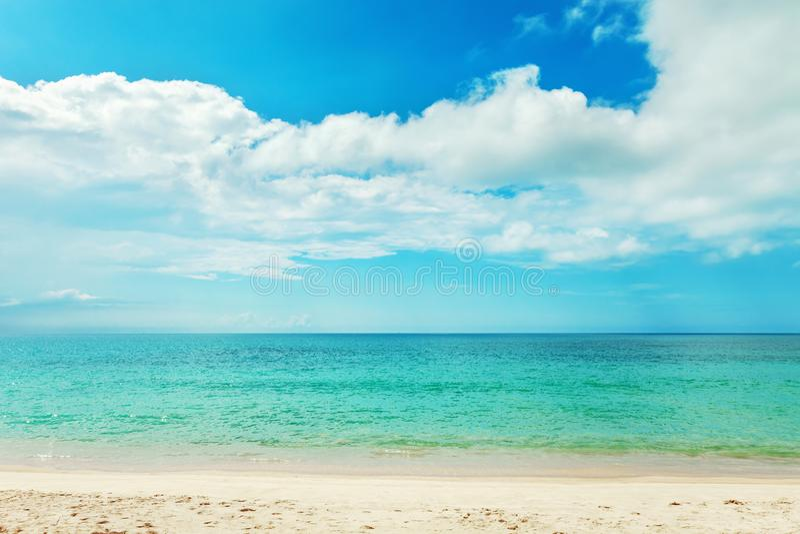 Backgrou de belle de plage mer d'andaman tropicale et de ciel bleu d'espace libre image libre de droits
