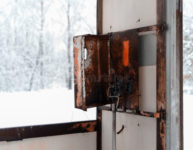 Backgrou pubblico del bokeh di inverno della cabina telefonica di Cyberpunk arrugginito orizzontale immagine stock
