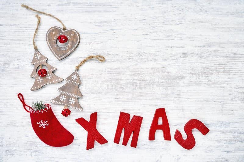 Backgroud de la Navidad con los ornamentos de la Navidad y el lett de madera rojo foto de archivo libre de regalías