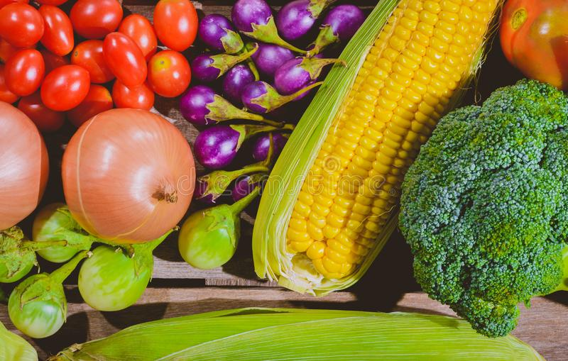 Backgroud van de verse groenten van voedsel smakelijke en gezonde varis is op de houten lijst royalty-vrije stock foto's