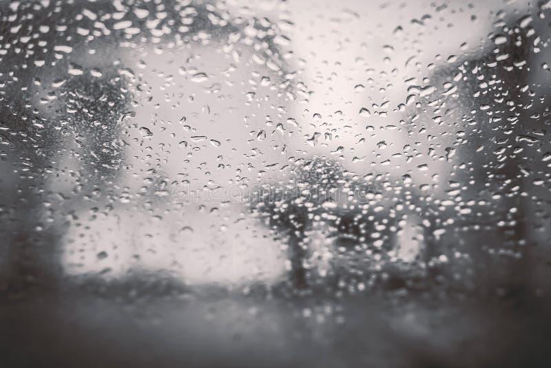 Backgrouds van waterdalingen op het autowindscherm stock foto's
