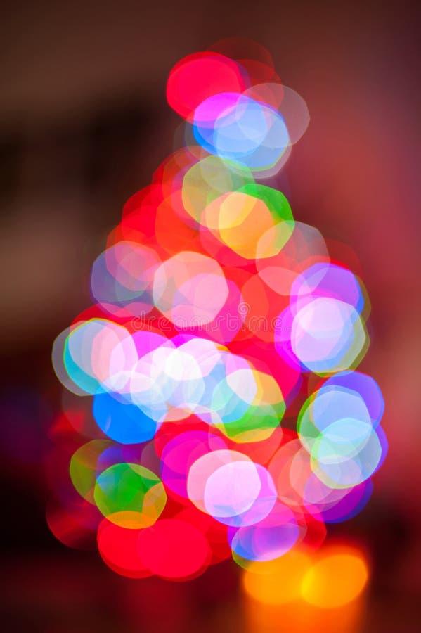 Backgroun borroso formado árbol de navidad iluminado de la luz del bokeh imagen de archivo libre de regalías