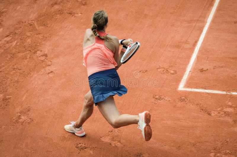 Backhand- gunga av kvinnan som spelar tennis royaltyfri foto