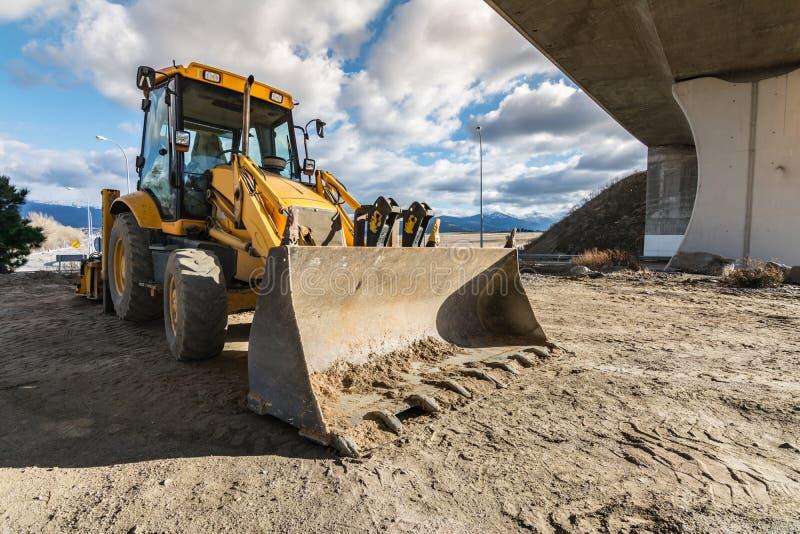 Backhoe που χτίζει ένα τμήμα ενός δρόμου στοκ φωτογραφία με δικαίωμα ελεύθερης χρήσης
