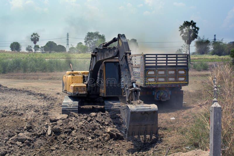 Backhoe die bij bouwgebied werken stock foto