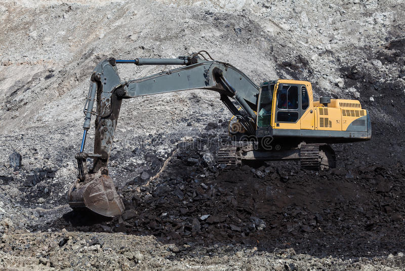 backhoe die in kolenmijnen werken royalty-vrije stock fotografie