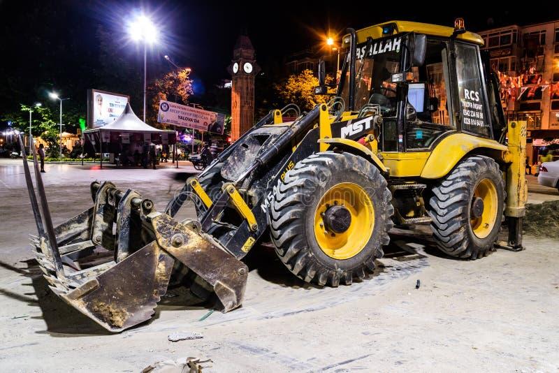 Backhoe Lader bij de Openbare Parkbouw bij Nacht in Turkije stock foto's