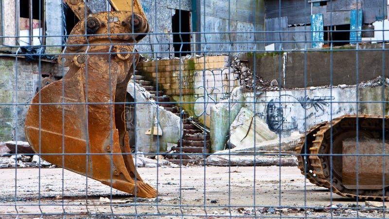 Backhoe no local de demolição fotos de stock royalty free