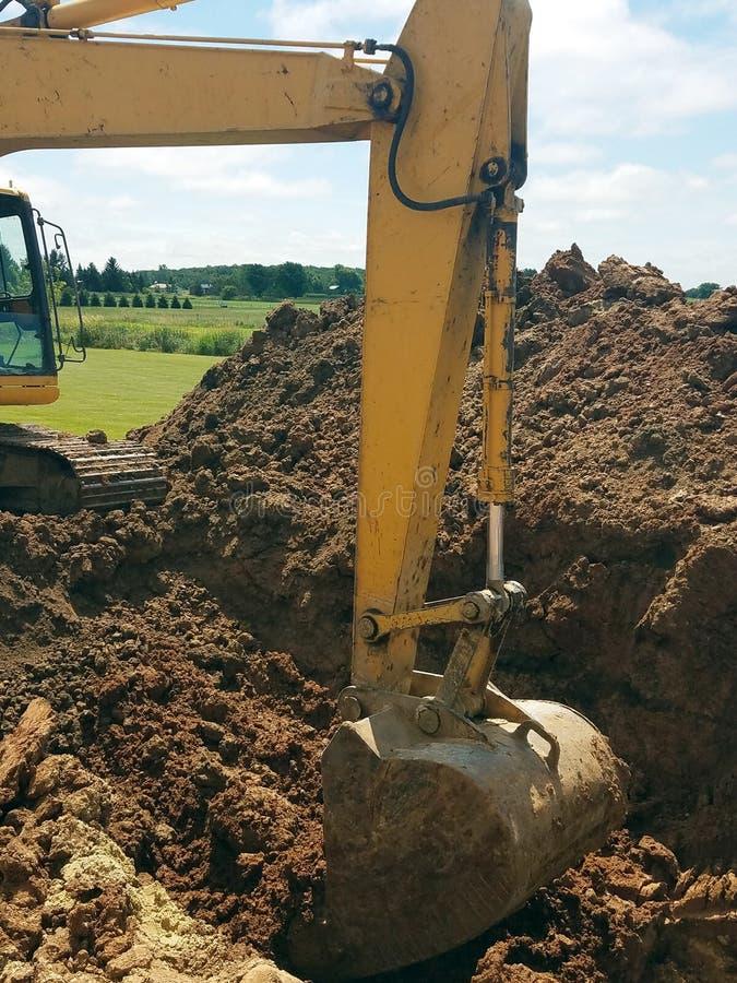 Backhoe que escava um furo para a construção da casa foto de stock royalty free