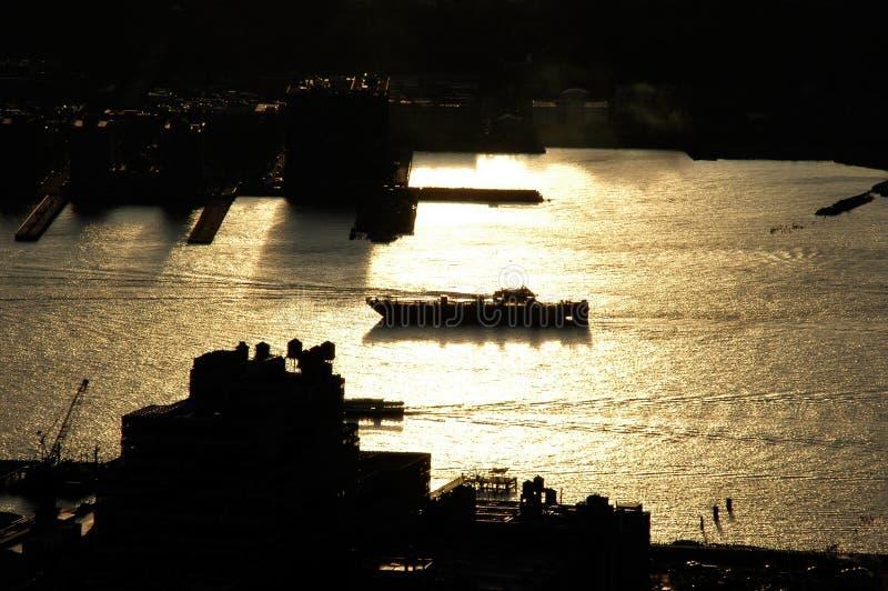 Backlight łódkowatego skrzyżowanie rzeki w nyc z złotymi kolorami zdjęcia royalty free