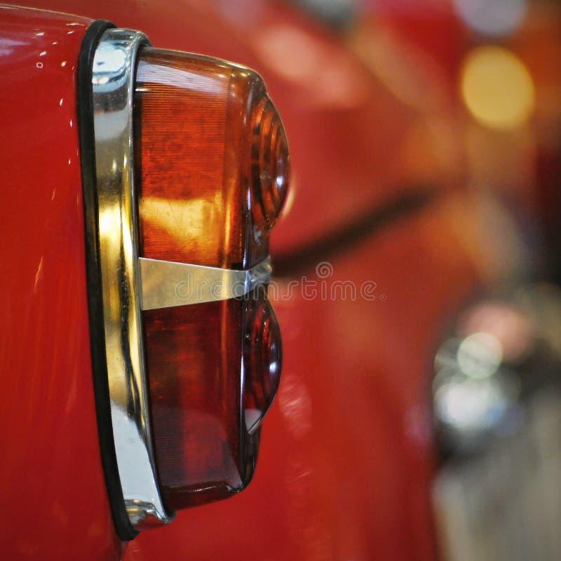 Backlight старомодного красного автомобиля стоковое изображение rf
