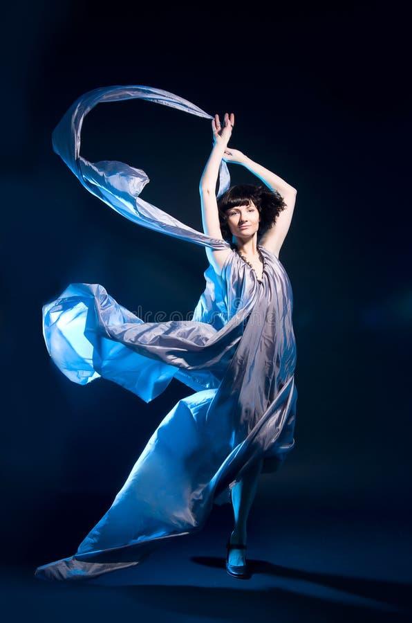 backlight błękit sukni latające dziewczyny szarość zdjęcie stock