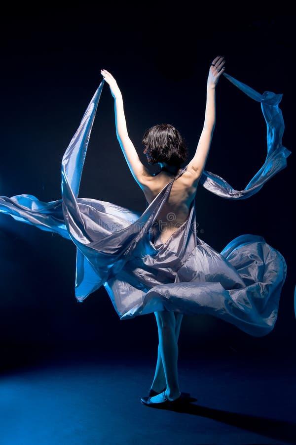 backlight błękit sukni latające dziewczyny szarość zdjęcia royalty free