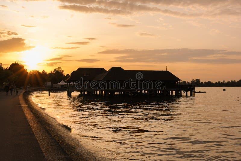 Backlit av badningen förlägga i barack på solnedgången, Rorschach, Schweiz fotografering för bildbyråer