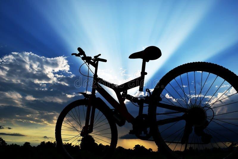 Backlit bicyklu i niebieskiego nieba światło słoneczne w wieczór obraz royalty free