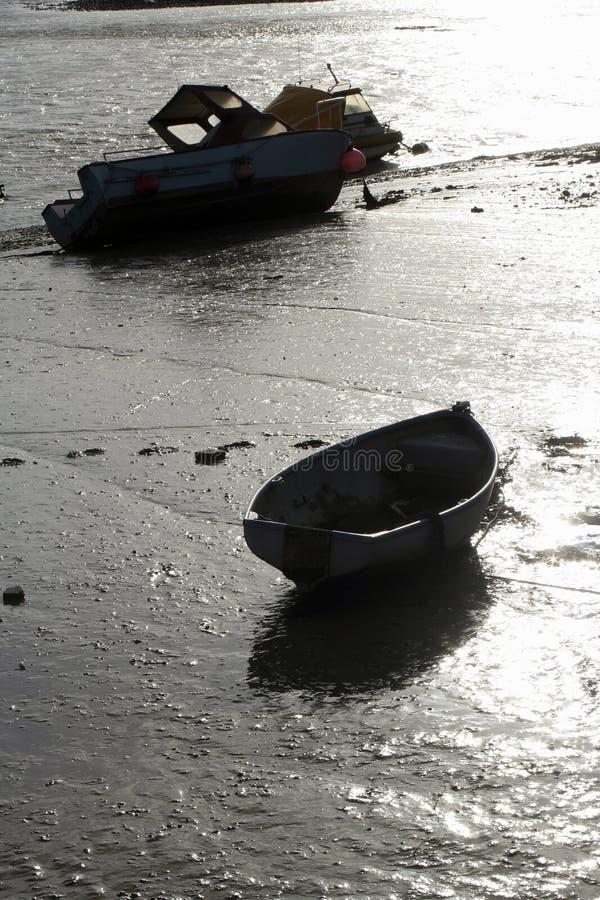 Backlit boten at low tide stock fotografie