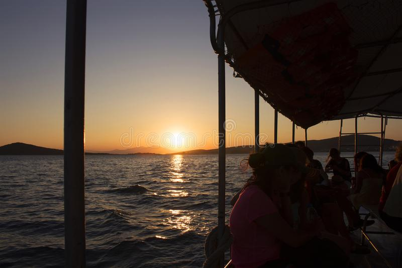 Backlit fotografia ludzie bierze ferryboat zdjęcia royalty free