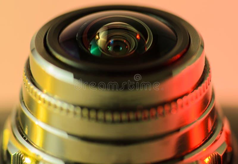 Backlit guling-rött för kameralins närbild för bildfoto för kustlinje grön horisontalför sardinia vegetation för sky hav arkivfoton