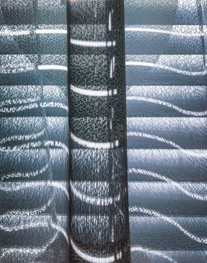 Backlit klompen door zonneblinden en venstergordijn royalty-vrije stock afbeeldingen