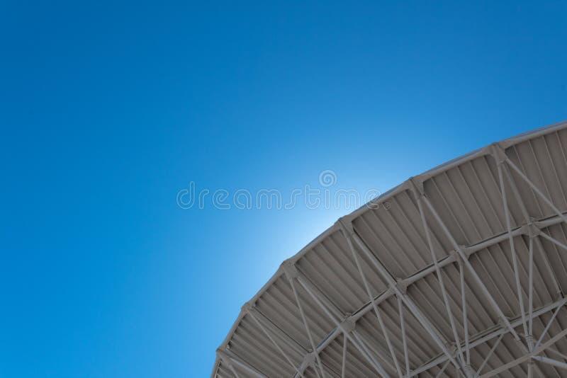 Backlit kromme van Very Large Array van de radioschotel van het astronomiewaarnemingscentrum in duidelijke hemel, de ruimteexplor royalty-vrije stock foto's