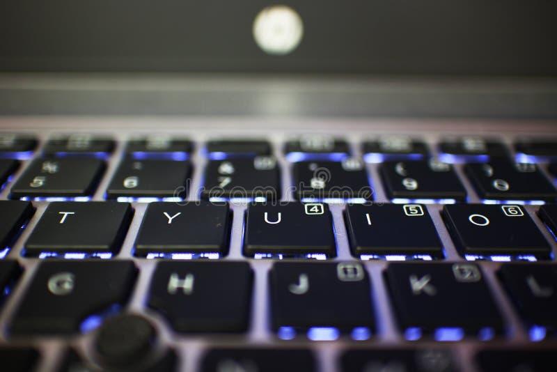 Backlit laptop toetsenbord die brievent Y U I O tonen royalty-vrije stock fotografie