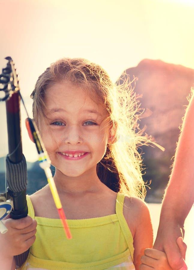 Backlit lycklig unge royaltyfri fotografi