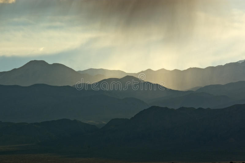 Backlit Wolkbreuk Mountainscape stock foto's
