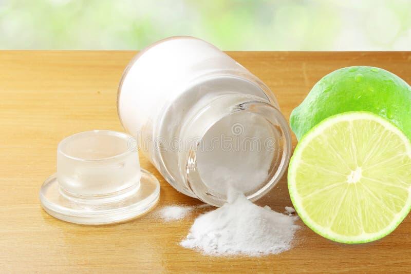 Backnatron oder Backpulver in der Glasflasche mit Zitronenfrucht stockbilder