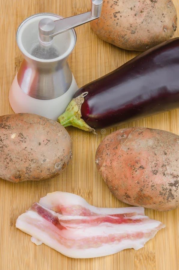 Backon con las verduras y la sal foto de archivo