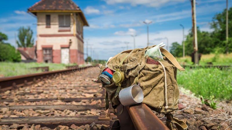 Backpack con la mappa, la bussola ed il diario sulle piste del treno immagini stock libere da diritti