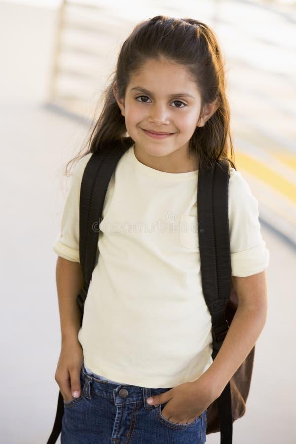 backpack il ritratto di asilo della ragazza fotografie stock libere da diritti