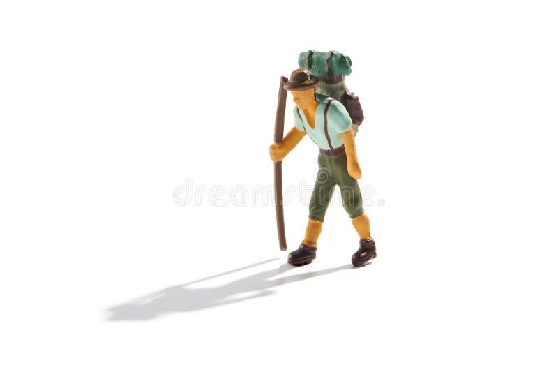 Backpacker с рюкзаком trekking на горах стоковая фотография