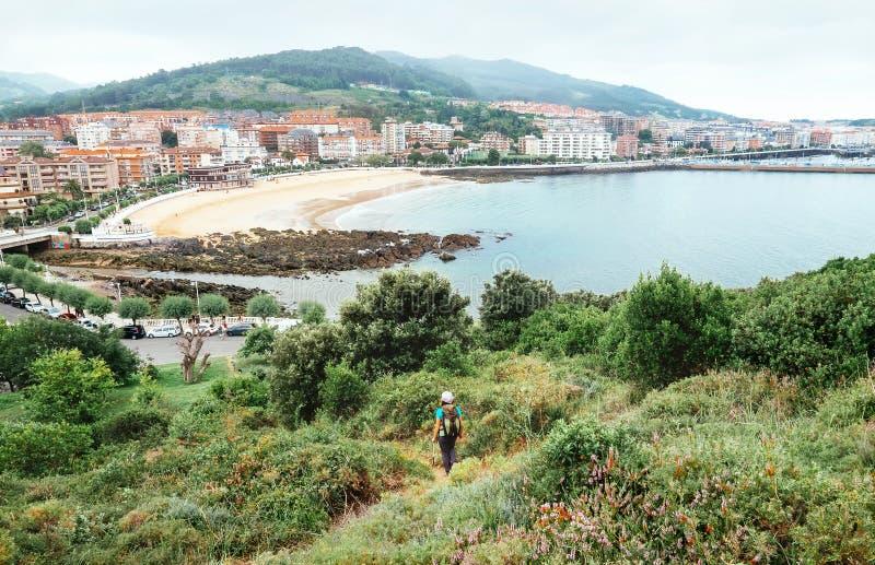 Backpacker żeński iść Castro Urdiales, północny Hiszpania, wewnątrz zdjęcie royalty free