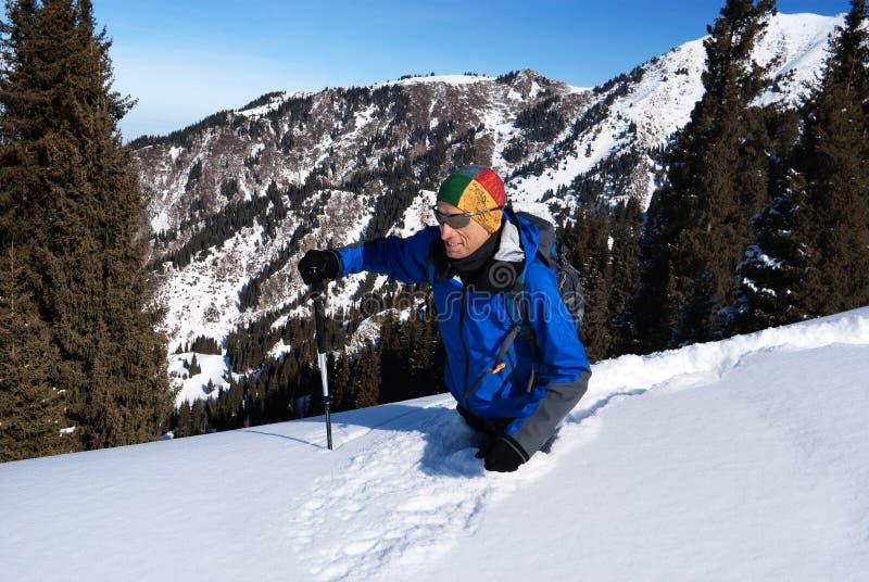 backpacker βαθιά πηγαίνει χιόνι στοκ φωτογραφία με δικαίωμα ελεύθερης χρήσης