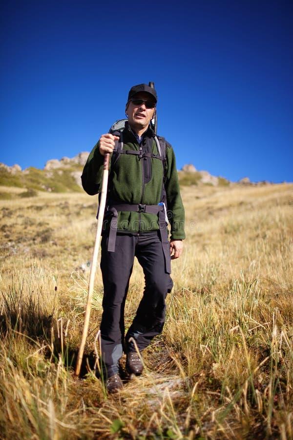 backpacker καλοκαίρι βουνών στοκ φωτογραφίες