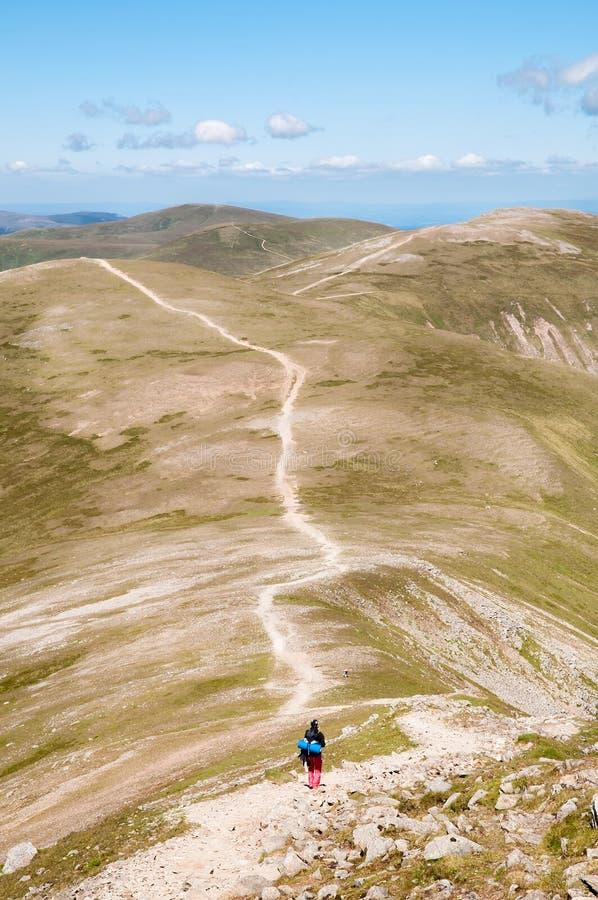 backpacker περπάτημα βουνών στοκ φωτογραφία με δικαίωμα ελεύθερης χρήσης