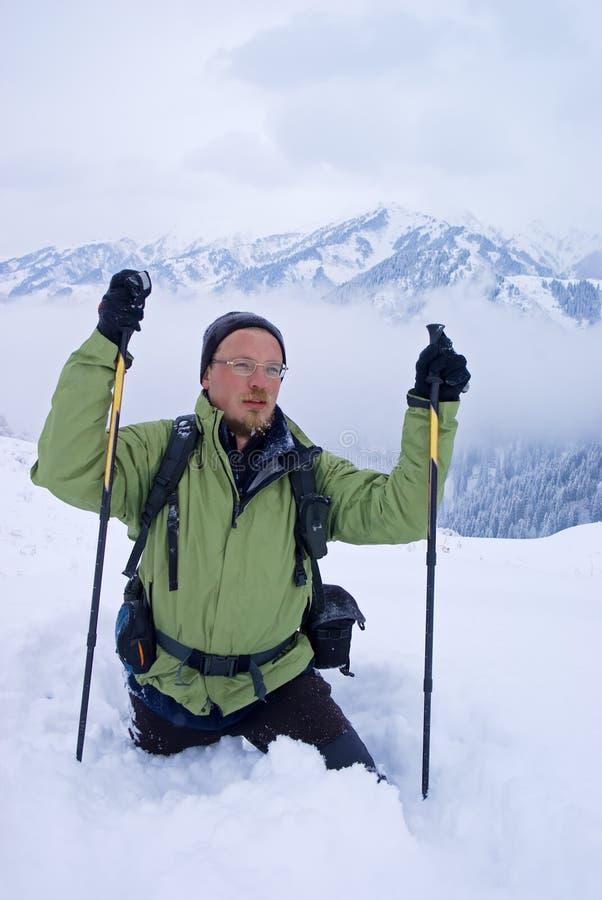 backpacker πηγαίνοντας χειμώνας β&omicr στοκ φωτογραφίες