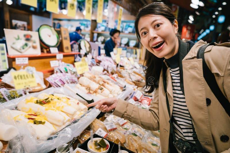 Backpacker που δείχνει τα ιαπωνικά τρόφιμα οδών στοκ φωτογραφίες με δικαίωμα ελεύθερης χρήσης