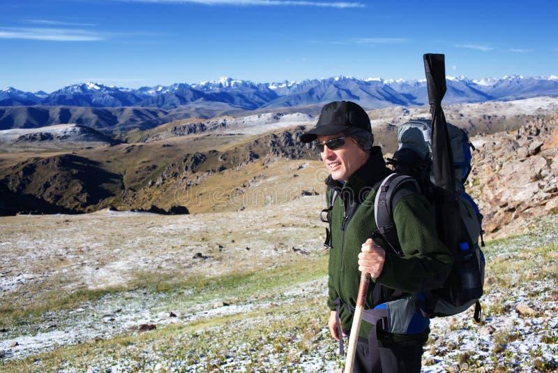 Backpacker στα βουνά στοκ εικόνα
