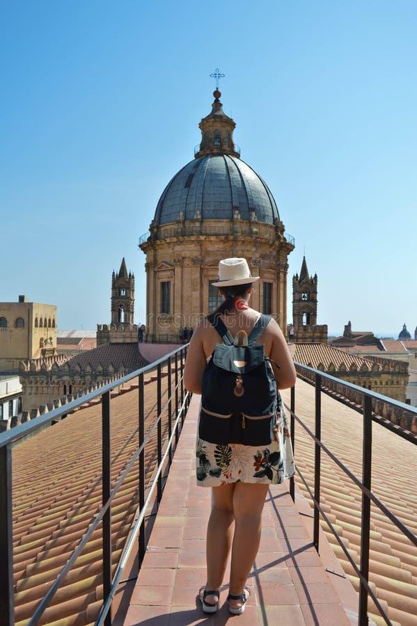 Backpacker στην κορυφή του καθεδρικού ναού του Παλέρμου στοκ εικόνες