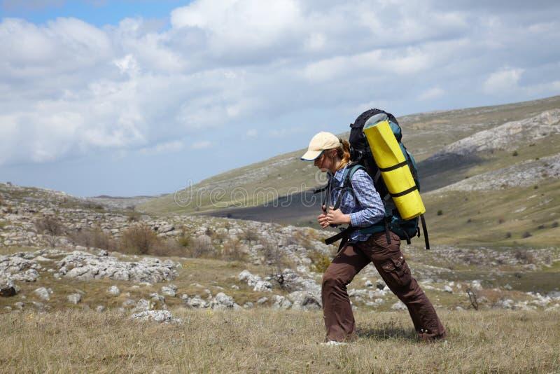 backpacker ταξίδι βουνών κοριτσιών στοκ φωτογραφία