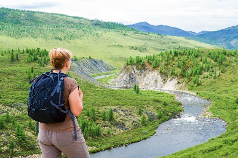 Backpacker женщины над рекой горы стоковая фотография rf