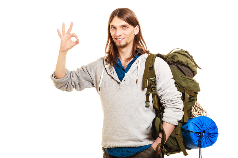 Backpacker человека туристский показывая о'кеы жест Путешествия стоковые изображения