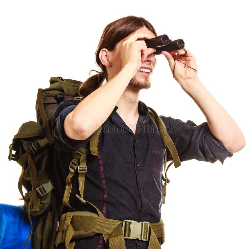 Backpacker человека туристский смотря через бинокли стоковые изображения rf