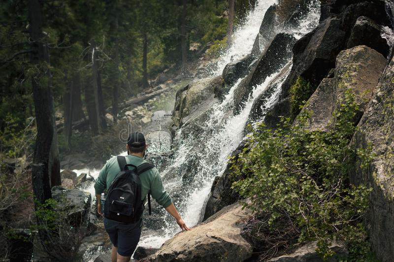 Backpacker al borde de la cascada Vista natural catártica inspiradora del paisaje foto de archivo