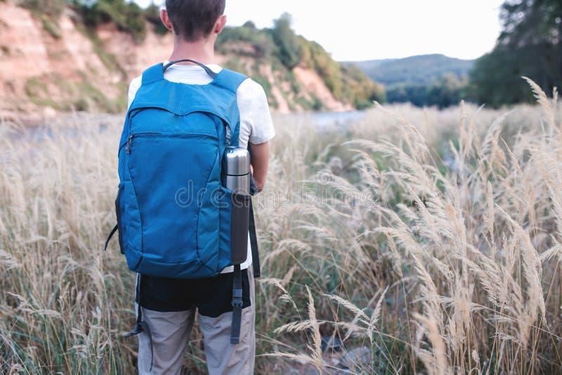 Backpacker bewondert rond mooie aard stock foto's