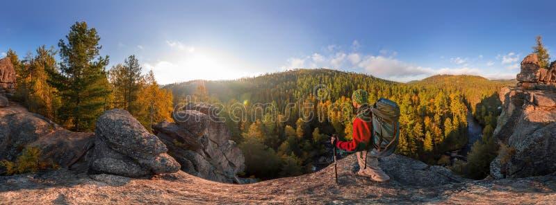 Backpacker bovenop een rotsdaling bij dageraad Cilindrisch panorama 360 graden royalty-vrije stock fotografie
